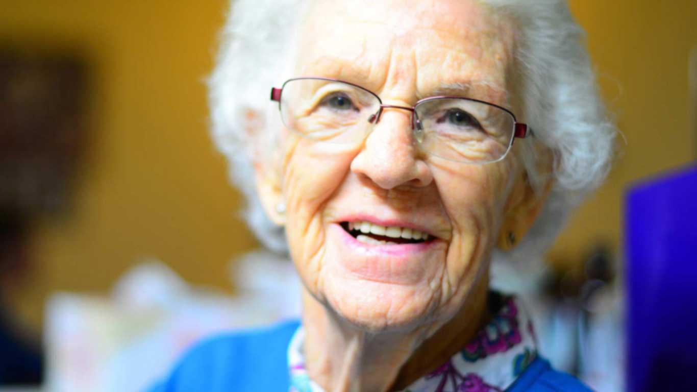 علاج أسنان كبار السن - عيادة أسنان أوبتمم كير - د. هبة عمار - استشاري تجميل الاسنان و التركيبات